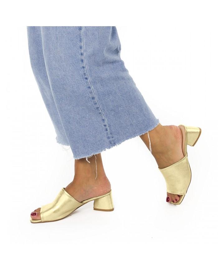 Sandalia de efecto dorado