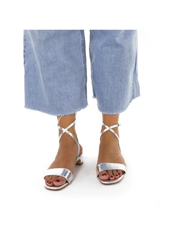 Sandalia de color de plata con tacón bajo