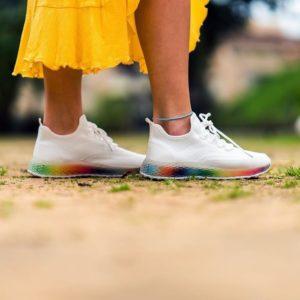 deportivas blancas mujer arcoiris